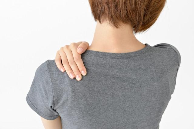 四十肩・五十肩は、放っておくと慢性化したり、段々と症状がひどくなったりすることも少なくありません。